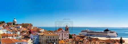 Photo pour Vue panoramique de Lisbonne avec le célèbre dôme de Santa Engracia et la colline Sao Vicente de Fora par belle journée d'été, Portugal - image libre de droit