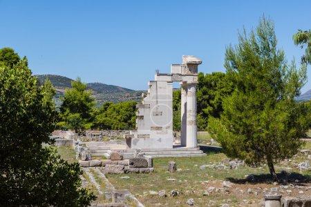 Photo pour Ruines de l'ancien temple d'Epidavros, Grèce dans une journée d'été - image libre de droit