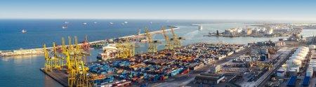 Photo pour Vue panoramique du port de Barcelone en une journée d'été - image libre de droit