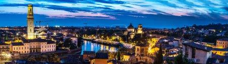 Photo pour Vue panoramique de Vérone au coucher du soleil en Italie - image libre de droit