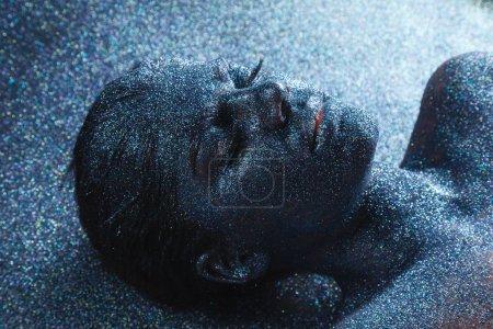 Photo pour Portrait de jeune femme fantasy mystique d'un autre monde recouvert d'oripeaux couchée sur le dos sur le plancher. Fille d'un rêve - image libre de droit