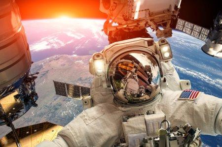 Photo pour Station spatiale internationale et l'astronaute dans l'espace sur la planète terre. Éléments de cette image fournie par la Nasa. - image libre de droit