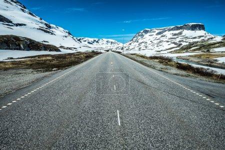 Photo pour Route de montagne en Norvège, autour du brouillard et de la neige . - image libre de droit
