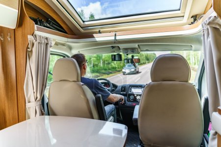 Photo pour Homme au volant sur une route dans le camping-car. Voiture caravane vacances. Voyage vacances en famille, voyage en camping-car - image libre de droit