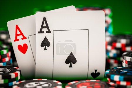 Photo pour Pile de jetons et deux As sur la table sur la feutrine vert - concept de jeu de poker - image libre de droit