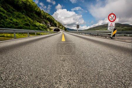 Photo pour Route de montagne en Norvège. L'entrée du tunnel . - image libre de droit