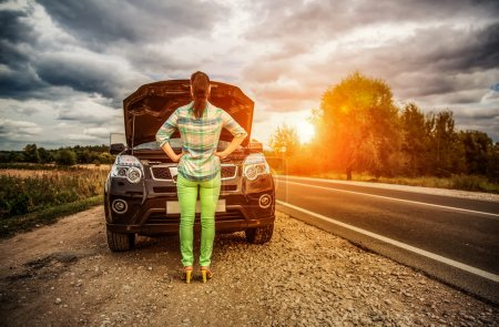 Photo pour Femme sur la route près de la voiture. Dommages aux problèmes de véhicule sur la route. - image libre de droit