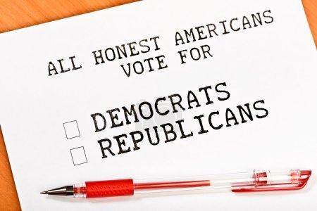 Photo pour Feuille de papier avec les démocrates de mots et républicain avec cases à cocher sur la table en bois - image libre de droit