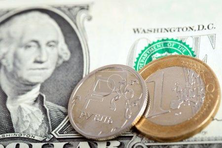 Photo pour Euro et pièces russes sur billet d'un dollar. Concept de change - image libre de droit