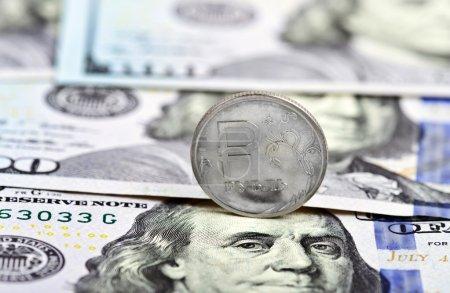 Photo pour Pièce un rouble sur le fond dollars américains - image libre de droit