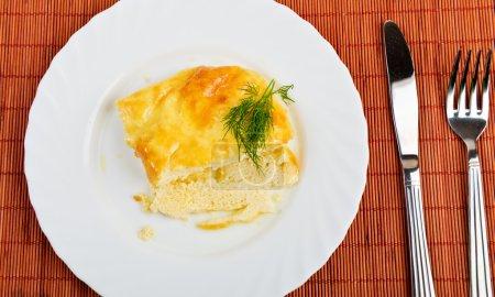Photo pour Une assiette avec une omelette espagnole, sur une table dressée - image libre de droit
