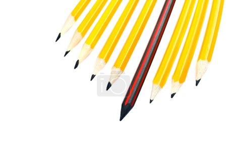 Photo pour Crayon se démarquant d'un tas de crayons croustillants, concept de leadership - image libre de droit