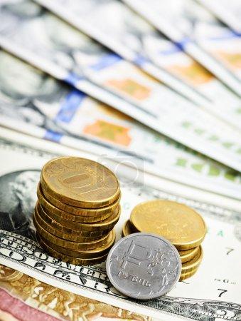 Photo pour Rouble pièces et billets sur fond de dollars américains - image libre de droit
