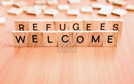 Photo pour Réfugiés Texte de bienvenue sur les carreaux de bois lettres - image libre de droit