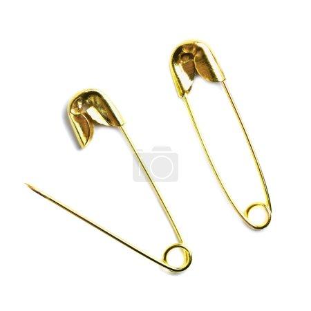 Photo pour Goupille de sécurité verrouillée et ouverte de couleur dorée isolée sur blanc - image libre de droit