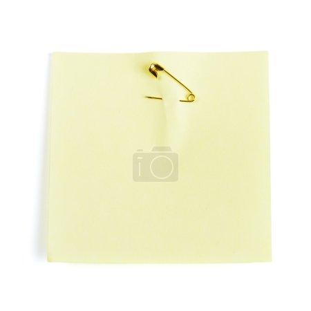 Photo pour Note adhésive jaune attachée avec goupille de sécurité - image libre de droit