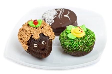 Photo pour Gâteaux au chocolat artistiques décorés comme hérisson, canard et mouette - image libre de droit