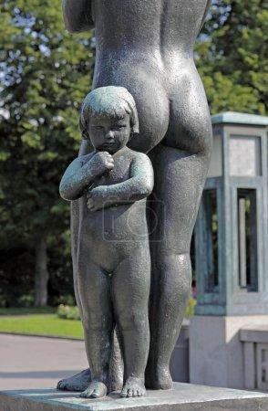 Photo pour Sculpture dans le parc Vigeland, Oslo, Norvège, jeune fille debout avec sa mère . - image libre de droit