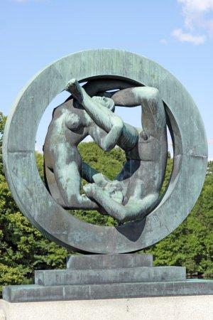 Photo pour Sculpture dans le parc Vigeland, Oslo, Norvège, couple dans le cerceau . - image libre de droit