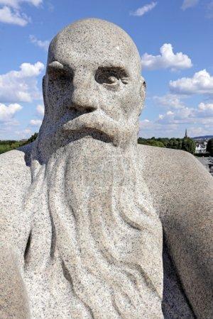 Photo pour Sculpture dans le parc Vigeland, Oslo, Norvège, la tête d'un vieil homme chauve avec une grosse barbe . - image libre de droit