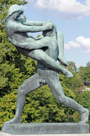 Photo pour Sculpture dans le parc Vigeland, Oslo, Norvège, un homme s'occupant d'une femme . - image libre de droit