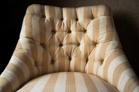 Photo pour Décoration de meubles d'intérieur, chaise pratique et confortable dans une maison de luxe - image libre de droit