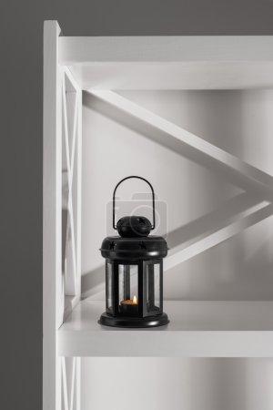 Photo pour Intérieur et décor dans la chambre, lanterne pour bougies, intérieur noir et blanc - image libre de droit