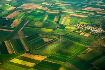 Foto de Foto aérea de un avión, la vista superior, caminos de campo y ciudad - Imagen libre de derechos