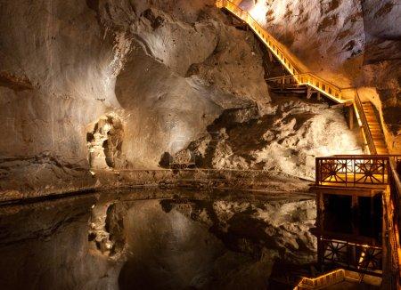 Photo pour WIELICZKA, POLOGNE - 2 JANVIER 2015 : La mine de sel de Wieliczka (XIIIe siècle) est l'une des plus anciennes mines de sel au monde. Dispose de plus de 300 couloirs et 300 chambres sur 9 niveaux . - image libre de droit