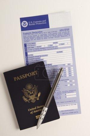 Photo pour Formulaire de déclaration douanière avec passeport, visa pour le contrôle de passage. - image libre de droit