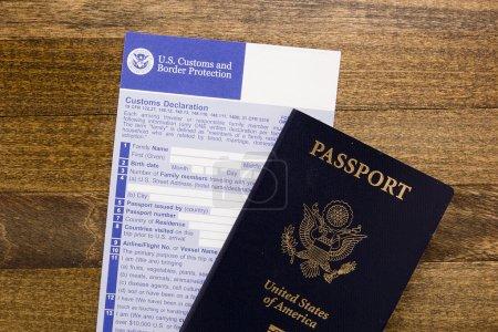 Photo pour Formulaire de déclaration douanière avec passeport, contrôle du passage de préparation des visas. - image libre de droit