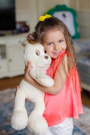Photo pour Concept santé et beauté - petite fille avec ours en peluche. La petite belle fille embrasse un ourson amusant - image libre de droit