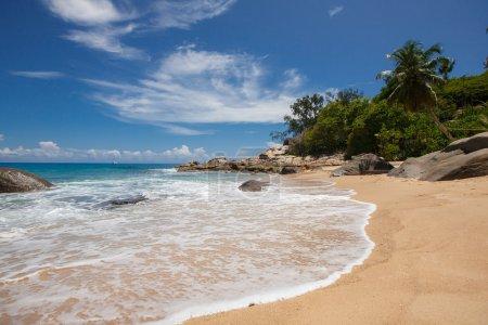 Photo pour Plage au coucher du soleil sur l'île de Mahe aux Seychelles. Plage des Maldives. Plage tropicale intacte au Sri Lanka. Plage d'Anse Lazio à l'île de Praslin, Seychelles . - image libre de droit