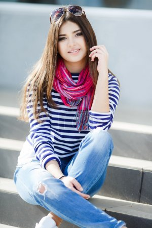 Portrait d'une belle jeune femme assis sur les marches