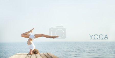 Photo pour Belle femme blonde, pratiquer l'yoga au bord de la mer et la méditation - image libre de droit