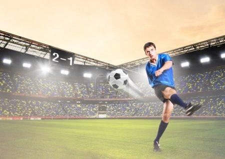 Photo pour Joueur de soccer ou de football est bottant le ballon sur le stade - image libre de droit