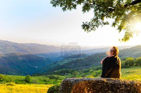 Photo pour Vue panoramique de la femme regardant dans les montagnes du coucher du soleil, parc national Peneda-Geres, nord du Portugal . - image libre de droit