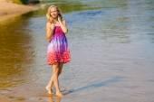 Žena v dlouhých šatech na pobřeží