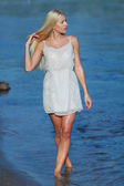 Krásná mladá blondýnka na pláži