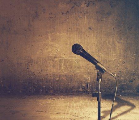 Photo pour Ancien intérieur avec le microphone, film rétro filtré, instagram style - image libre de droit