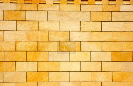 Photo pour Le mur est revêtu d'une tuile décorative jaune - image libre de droit