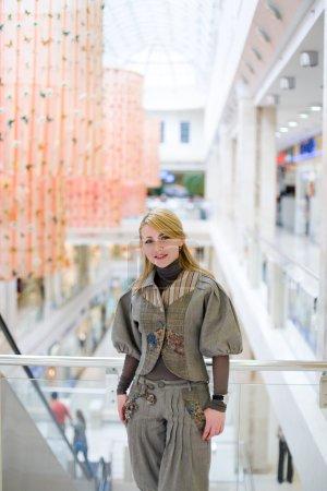 Chica bonita posando en un centro comercial