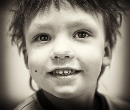 Photo pour BW portrait de sourire garçon heureux - image libre de droit
