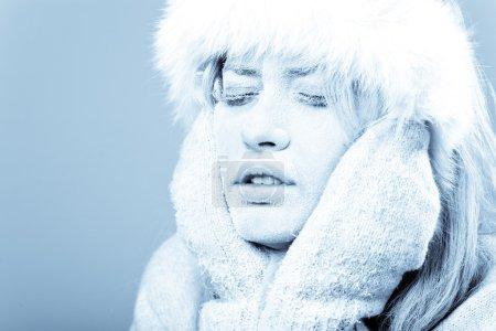 Photo pour Gelé. Portrait en gros plan du visage féminin réfrigéré recouvert de glace . - image libre de droit