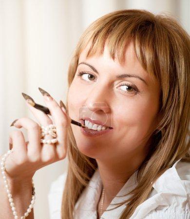 Photo pour Portrait de femme souriante de 40 ans avec manucure - image libre de droit