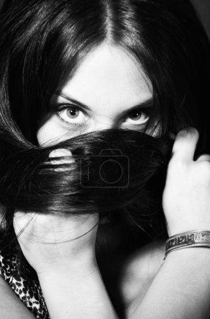 BW portrait de fille attrayante envelopper les cheveux autour de votre tête