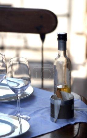 Photo pour Articles en bois et assiettes sur la table dans un café de rue - image libre de droit
