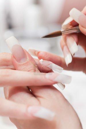 Photo pour Client traitant de manucure au salon de beauté. manucure, peinture sur ongle - image libre de droit