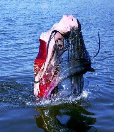 Foto de Muy joven haciendo un pelo largo de salpicaduras de agua en el mar Báltico - Imagen libre de derechos