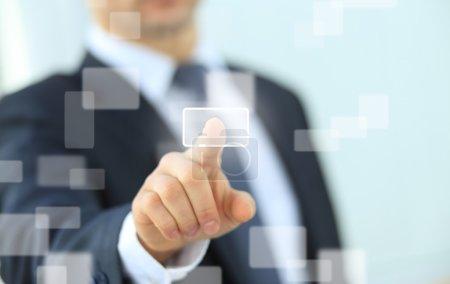 homme d'affaires en appuyant sur un bouton de l'écran tactile